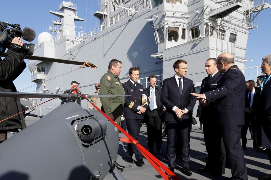 Emmanuel Macron assiste à la présentation d'un drone sur la base navale de Toulon (France) le 19 janvier 2018.