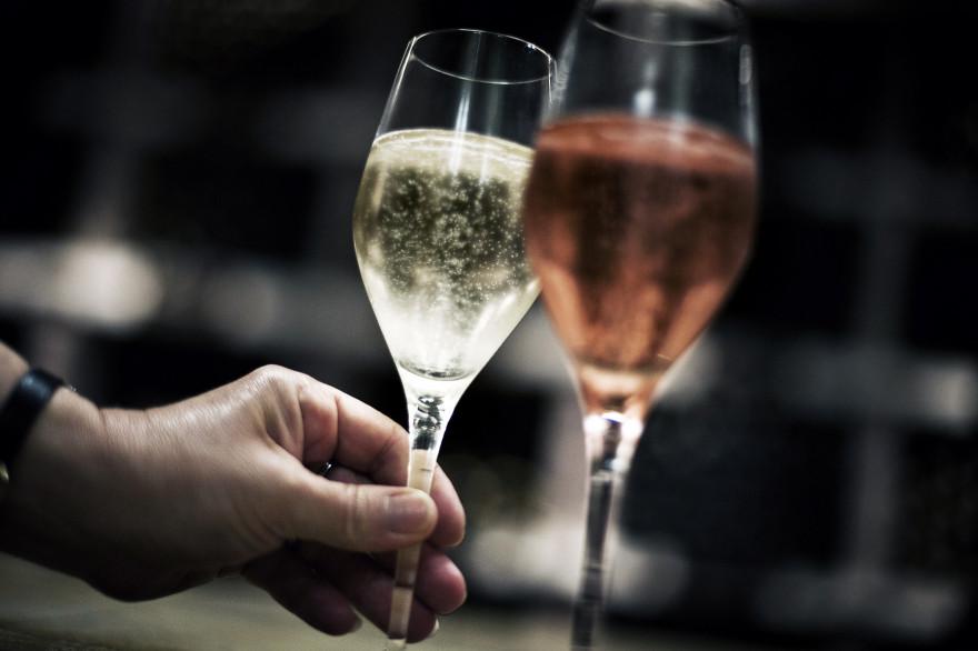 """Deux verres vins labellisés """"AOC"""" (illustration)"""