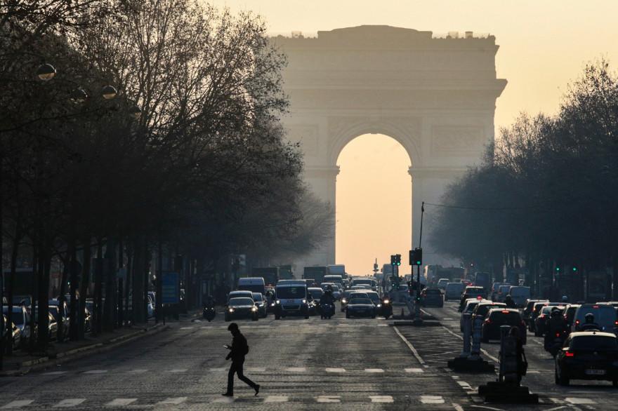 L'Arc de Triomphe à Paris en janvier 2017, dans un brouillard dans pollution
