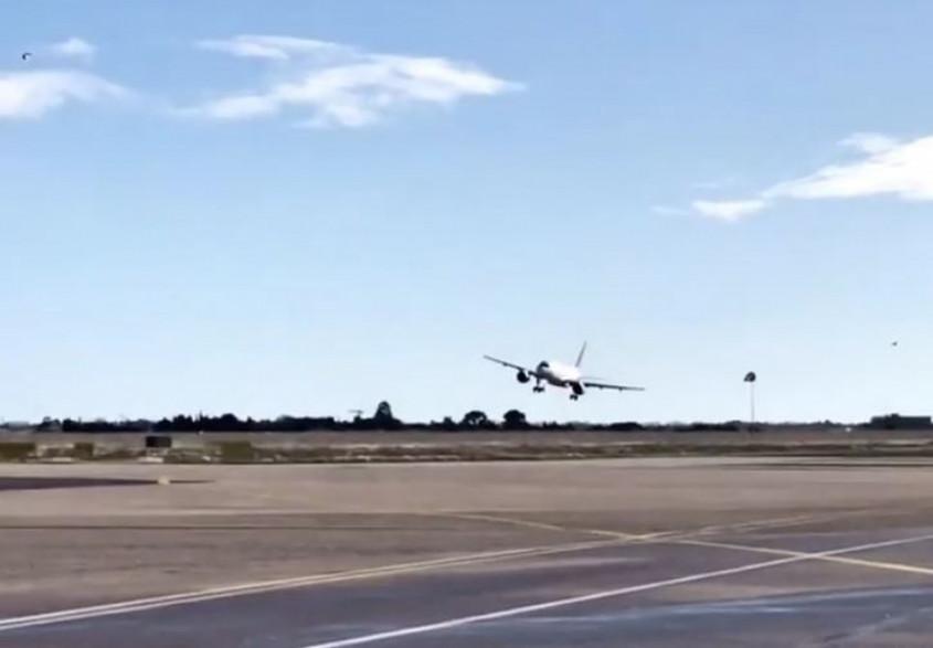 L'avion a remis les gaz à cause des rafales de vent.
