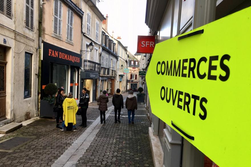 Des pancartes indiquent les commerces ouverts dans le centre-ville de Nevers