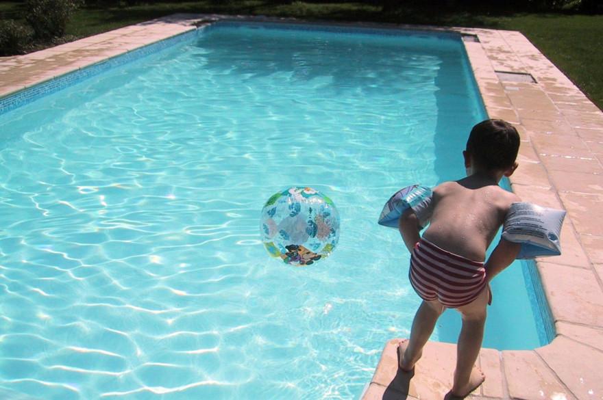 Un enfant au bord d'une piscine (photo d'illustration)