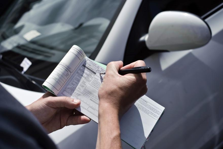 Un agent dresse un PV pour stationnement impayé (illustration)