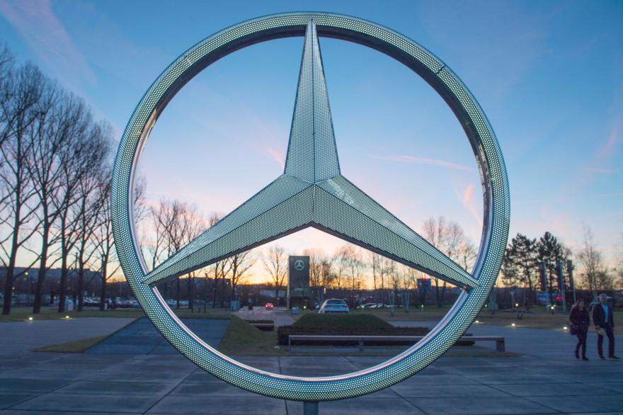 Le logo de Mercedes à Stuttgart en Allemagne (illustration)