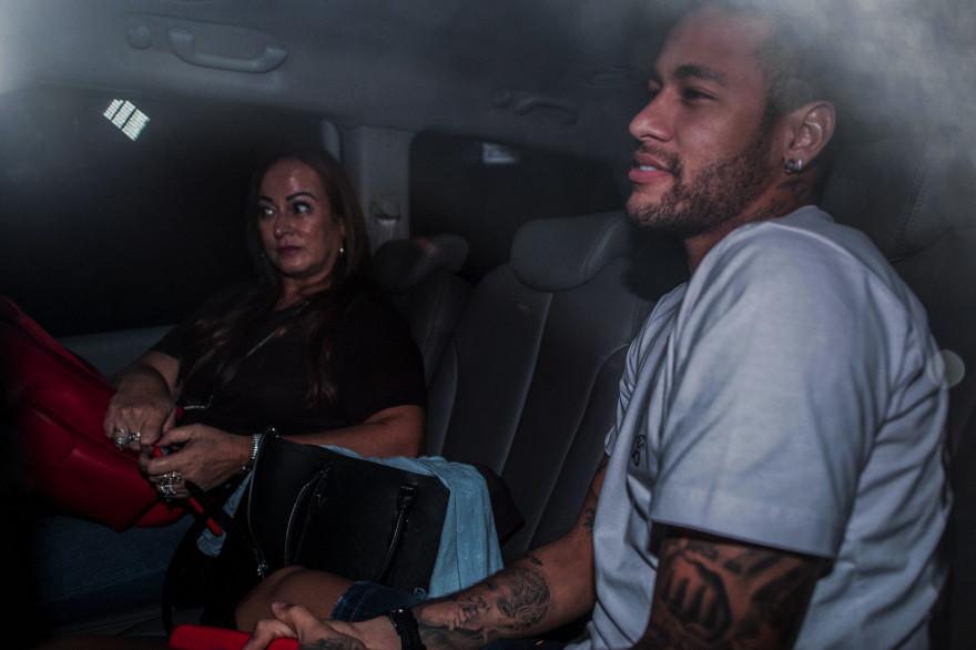 Neymar accompagné de sa mère Nadine, lors de son arrivée à l'hôpital de Belo Horizonte
