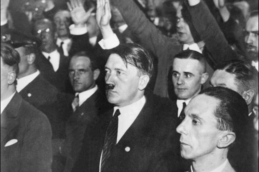 Adolf Hitler accompagné de Joseph Goebbels dans une photo dont la date et le lieu reste inconnus