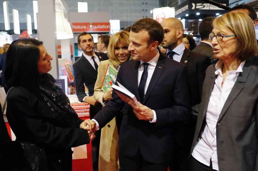 Emmanuel Macron en visite au Salon du livre à Paris jeudi 15 mars 2018