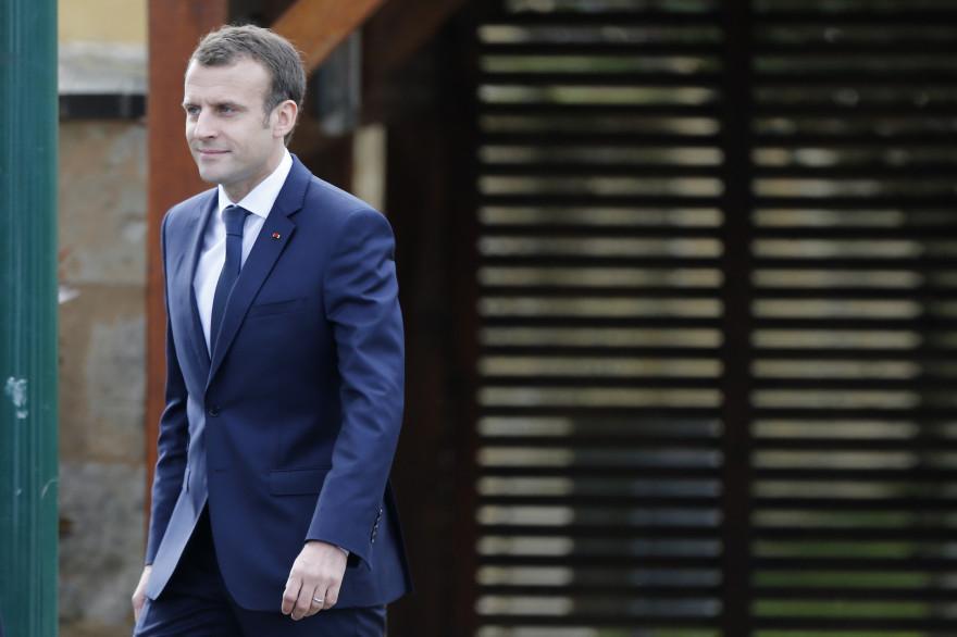Emmanuel Macron arrive à son entretien avec Jean-Pierre Pernaut sur TF1, jeudi 12 avril 2018