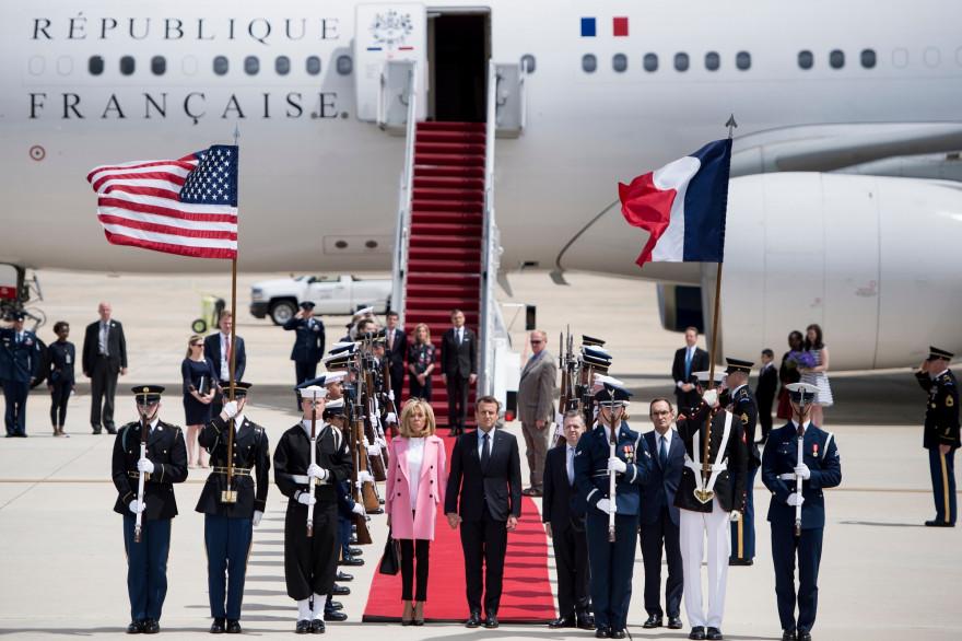 Brigitte et Emmanuel Macron à la sortie de leur avion sur la base aérienne d'Andrews, le lundi 23 avril
