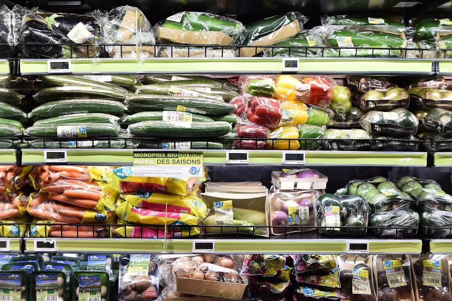 Des légumes sous plastique dans un rayon de supermarché (illustration)