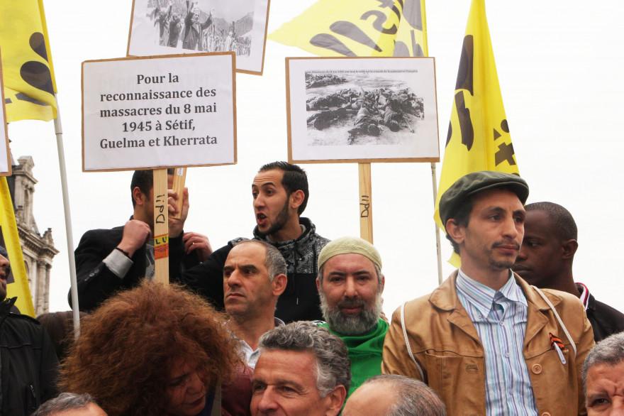 Des manifestants réclament la reconnaissance des massacres de Sétif, Guelma et Kherrata du 8 mai 1945, à Paris en 2015