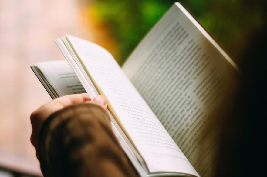 Une femme en train de lire un livre (illustration)