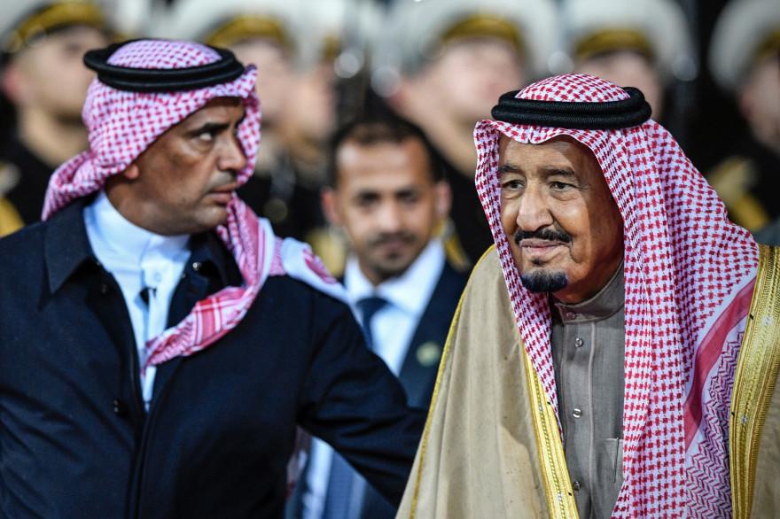 Le roi Salmane d'Arabie saoudite (à droite) et son garde du corps Abdel Aziz al-Fagham (à gauche) en octobre 2017