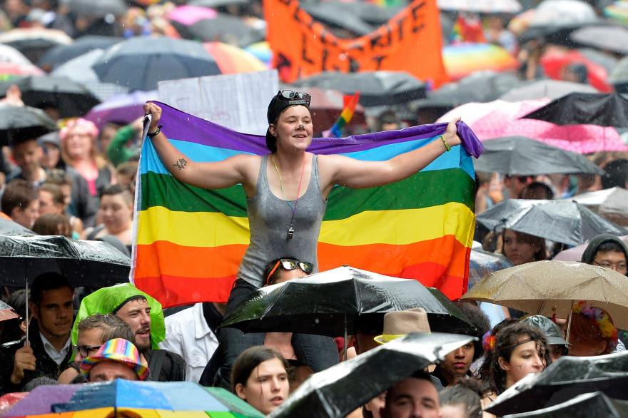Une manifestante tient un drapeau LGBT à la Gaypride 2014 à Paris (illustration)