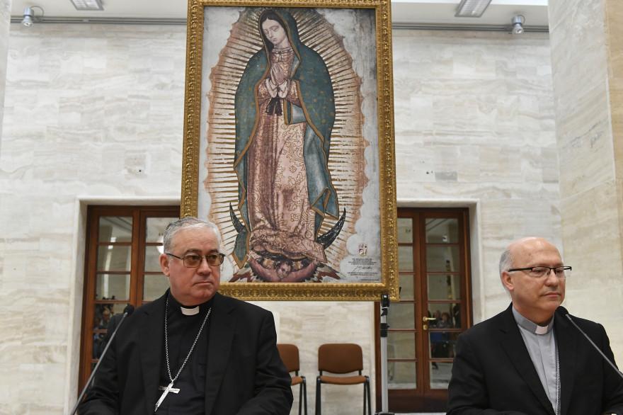 Juan Ignacio Gonzalez et Luis Fernando Ramos Perez en conférence de presse au Vatican le 18 mai pour annoncer la démission de 34 évêques chiliens