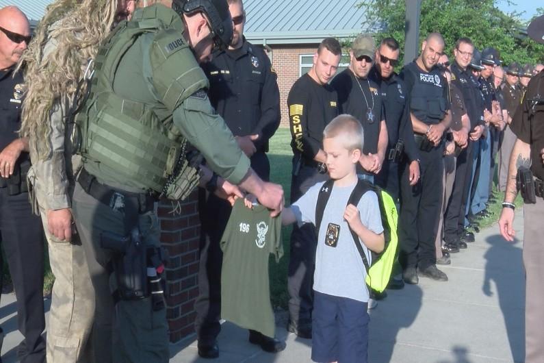 Une jeune Américain escorté par 70 policiers
