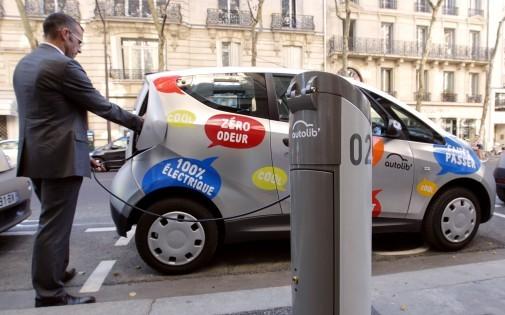 Un homme prend une Autolib' à Paris, le 2 octobre 2011 (illustration)