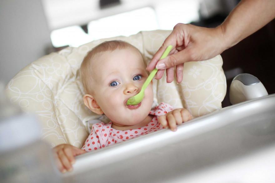 Un bébé pendant son repas