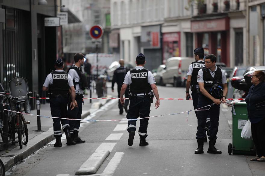 Les forces de l'ordre et les secours près d'une prise d'otages à Paris le 12 juin 2018