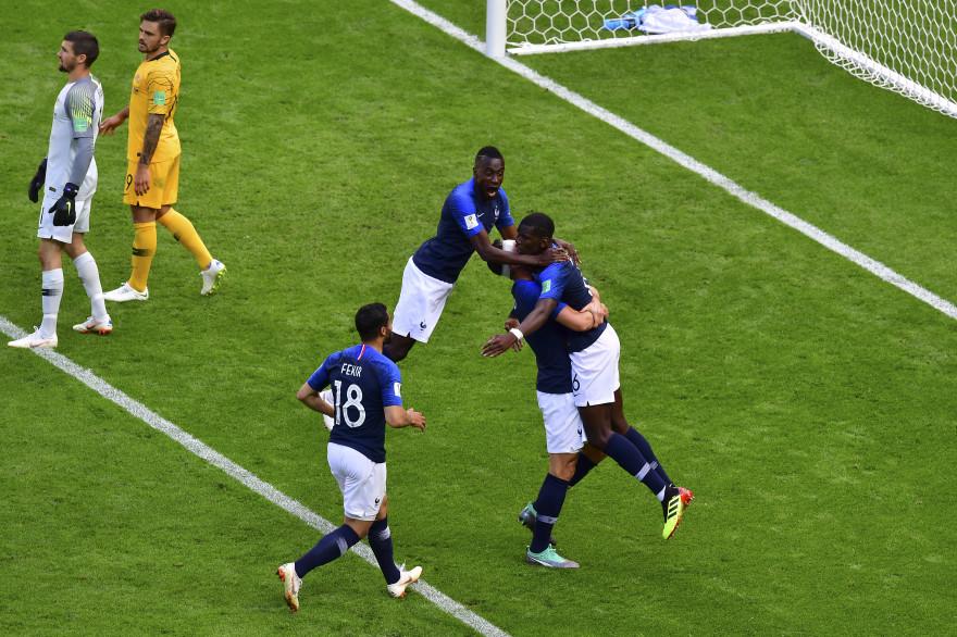 Les Bleus félicitent Paul Pogba samedi 16 juin 2018 à Kazan