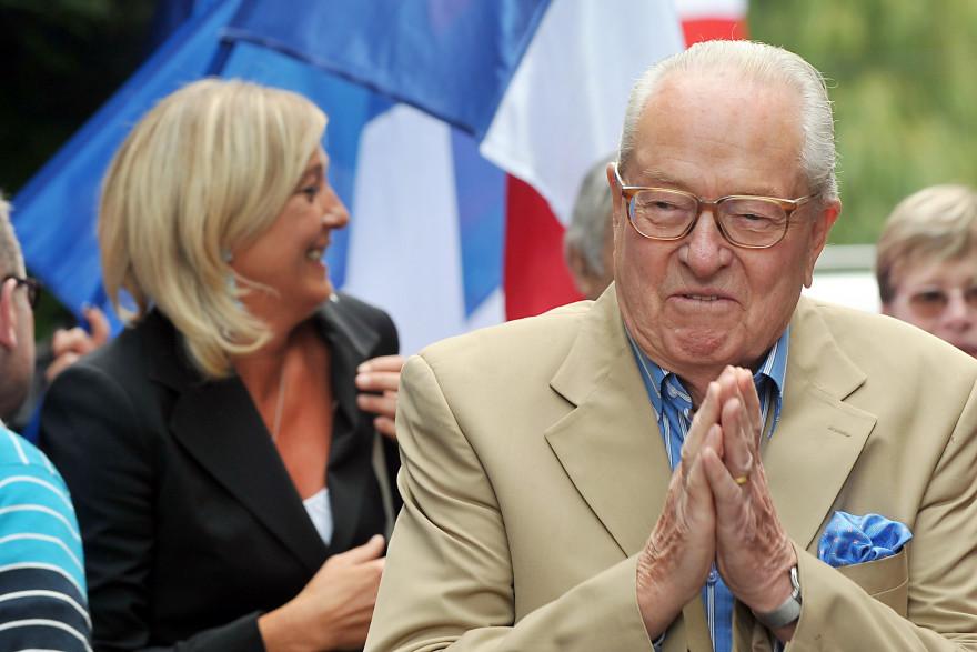 Marine et Jean-Marie Le Pen réunis lors du congrès du Front national, à Cormont, le 29 août 2010