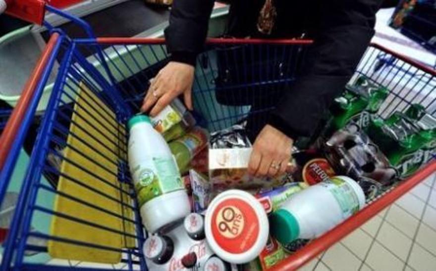 Aliments dans un caddie de supermarché (illustration)