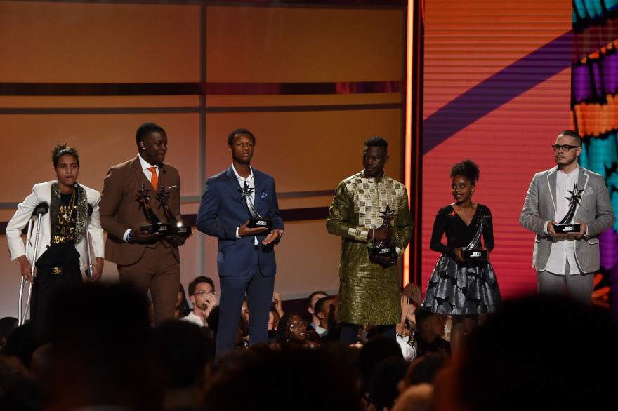 Mamoudou Gassama, quatrième personne en partant de la gauche, a reçu un BET Award à Los Angeles le 24 juin pour son acte de bravoure