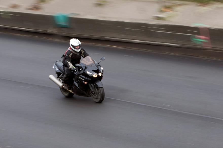 Un motard sur l'autoroute (illustration)
