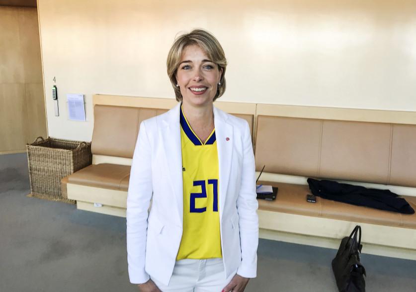Annika Strandhäll, la ministre des Affaires sociales et de la Santé, a porté le maillot de Jimmy Durmaz à l'Assemblée, en signe de soutien contre les insultes racistes qu'il a reçu pendant la Coupe du Monde 2018.