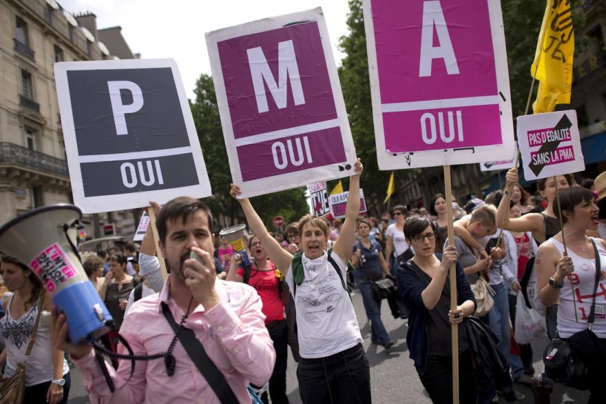 Des partisans de la PMA défilant à Paris lors de la Pride, le 29 juin 2017