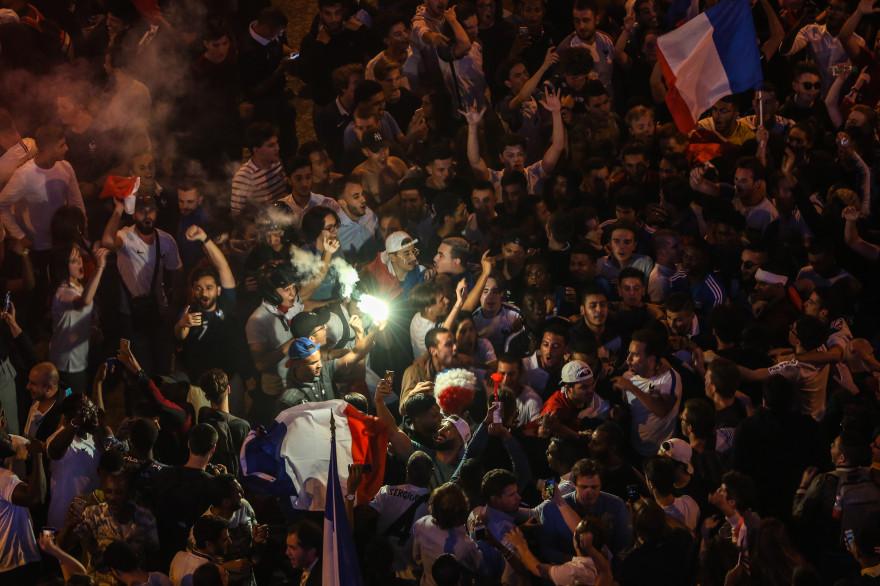 Les supporters se sont massés par centaines sur les Champs-Élysées dès la qualification de l'équipe de France en finale après sa victoire sur la Belgique.