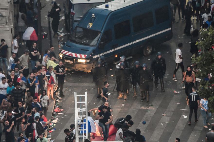 Des CRS bloquent l'accès au Drugstore Publicis des Champs-Élysées dimanche 15 juillet, après que des individus s'en sont pris au magasin