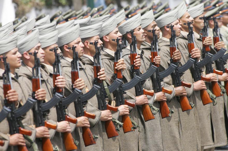 Des soldats marocains lors de la parade célébrant le 50e anniversaire de l'armée marocaine, le 14 mai 2006 à Rabat