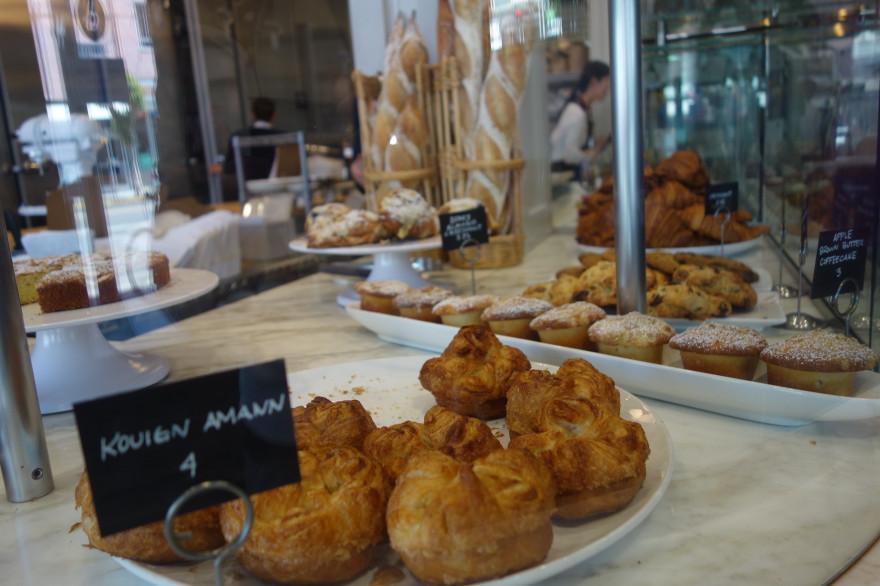 Des kouign-amann, une spécialité bretonne, dans la vitrine d'une boulangerie
