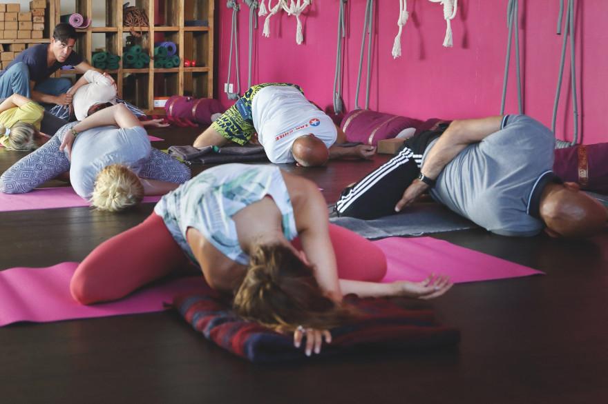 """Le centre Yoga Searcher de Hossegor (Landes) propose des retraites """"Surf et Yoga""""."""