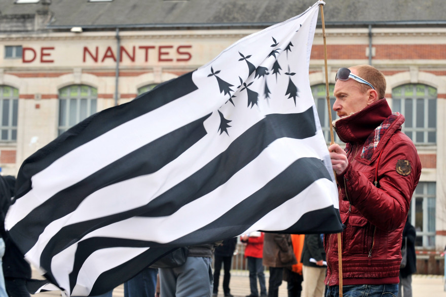 Un homme tient un drapeau breton à Nantes en Loire-Atlantique
