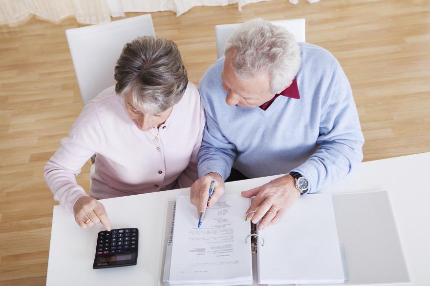 Un couple de retraités fait des calculs (illustration)