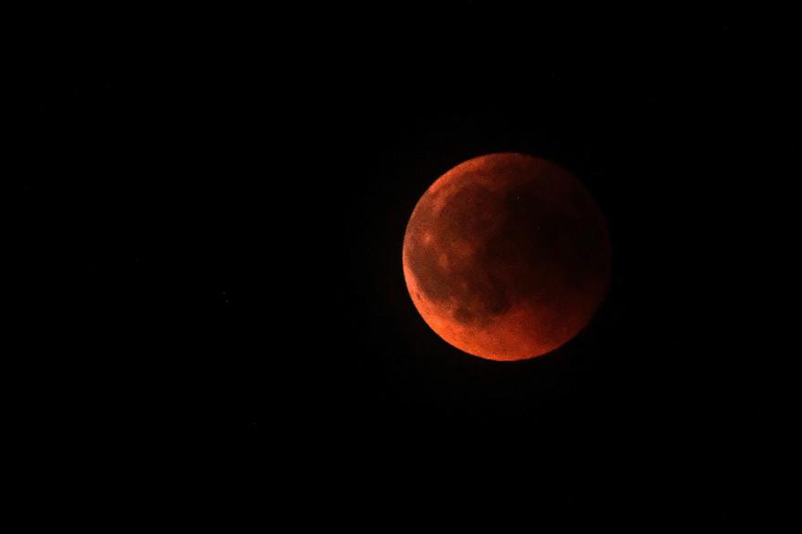 Une éclipse totale de Lune à Devoluy, dans les Hautes-Alpes, le 27 juillet 2018