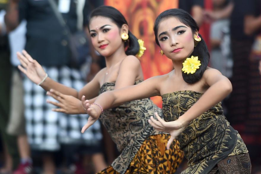 """Des danseuses balinaises se produisent lors de la parade à l'effigie d'Ogoh-Ogoh en prévision de la """"Journée du silence"""" à Denpasar"""