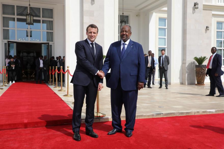 Emmanuel Macron avec le président du Djibouti, Ismail Omar Guelleh, à Djibouti, le 12 mars 2019.