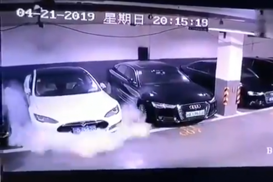 Une vidéo montrant une Tesla Model S prendre feu est devenue virale en Chine