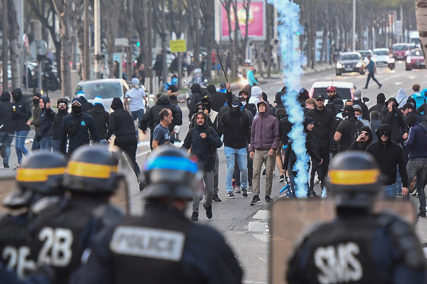 Des policiers encadrent des supporters de Marseille le 25 octobre 2018
