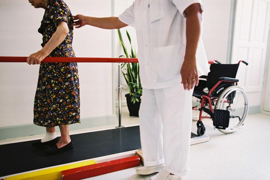 Un kinésithérapeute s'occupant d'une personne âgée (illustration)
