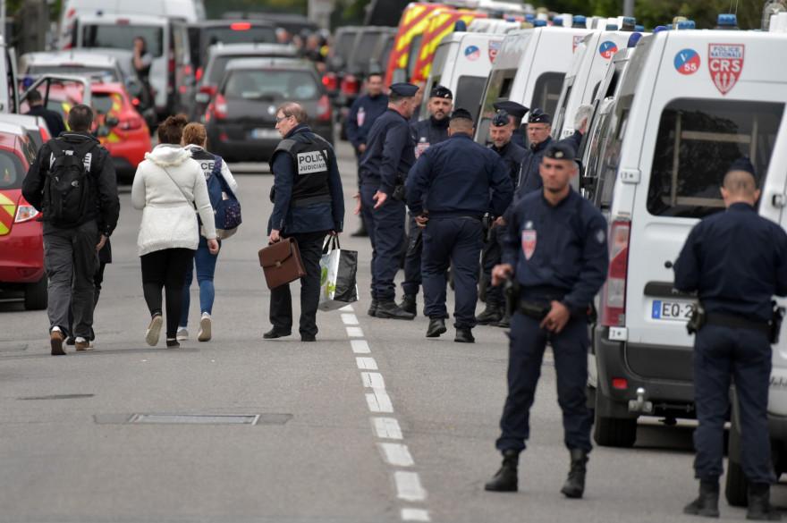 Les forces de l'ordre aux abords d'un tabac-presse à Blagnac où se déroule une prise d'otages le 7 mai 2019