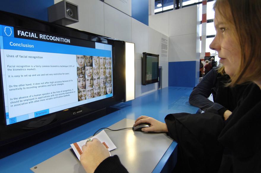 Test de reconnaissance faciale par biométrie en 2005 à la Cité des sciences et de l'Industrie à Paris