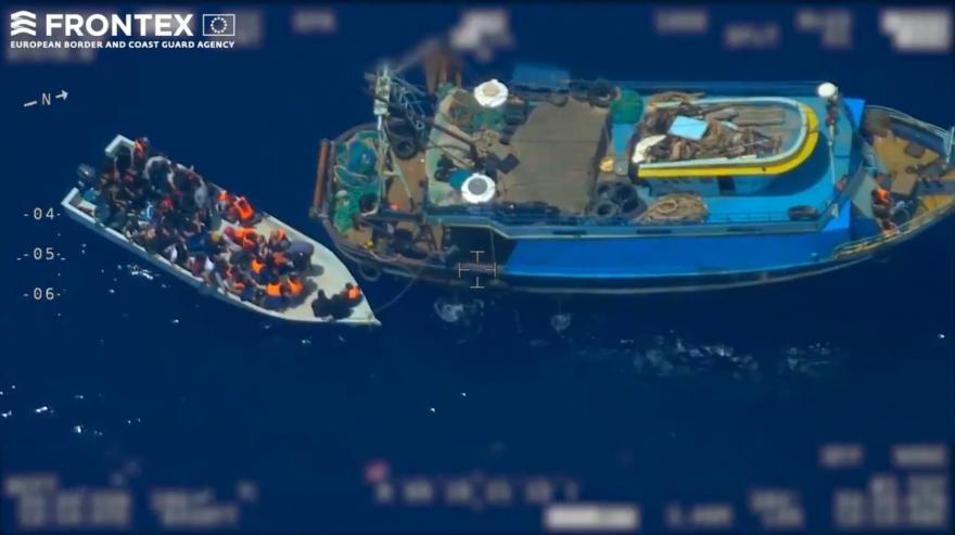 Des passeurs filmés en Méditerranée en train de débarquer des migrants sur un canot