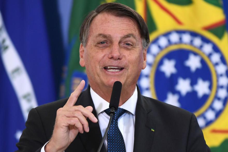 Le président brésilien Jair Bolsonaro a remis en question les effets secondaires des vaccins, notamment celui du laboratoire Pfizer, lors d'une cérémonie à Brasilia, le 17 décembre 2020.