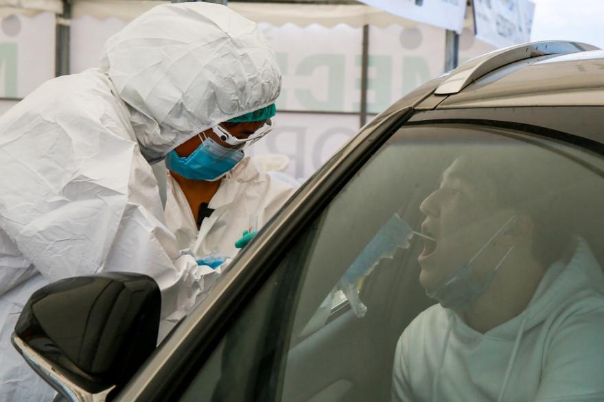 Un soignant soumet un test Covid-19 à un personnel médical près de Halyk Arena à Almaty (Kazakhstan), le 5 juillet 2020.