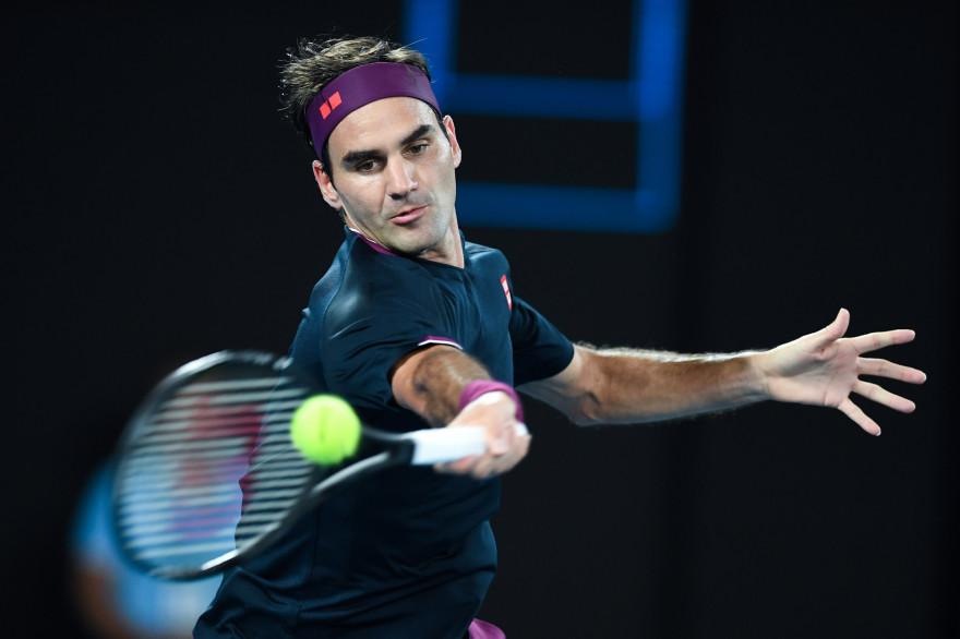 Le Suisse Roger Federer contre le Serbe Novak Djokovic lors de son match de demi-finale à l'Open d'Australie à Melbourne, le 30 janvier 2020.
