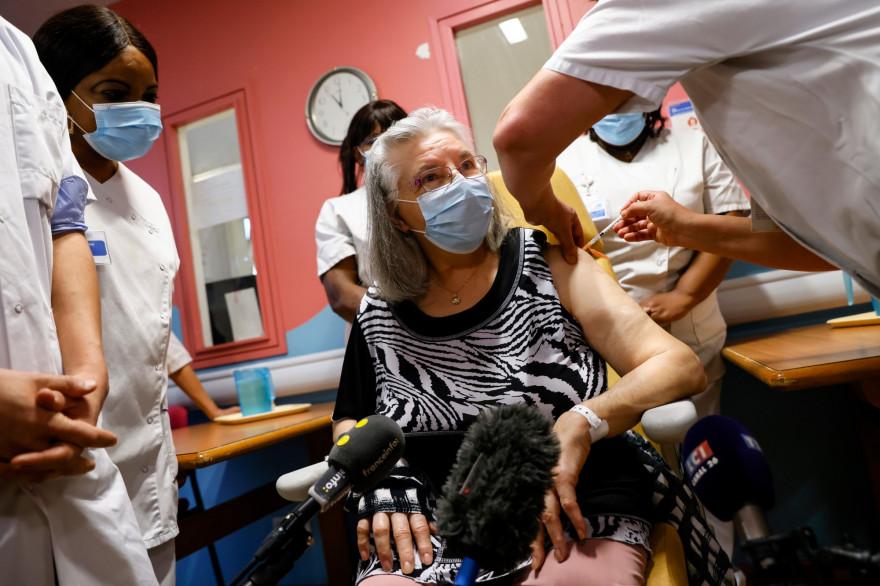 Dimanche 27 décembre, Mauricette, 78 ans, a été la première française à se faire vacciner contre le coronavirus. Pourtant, la classe politique n'a pas réagit.